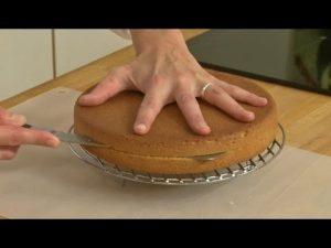 Comment couper la génoise pour un pinata cake